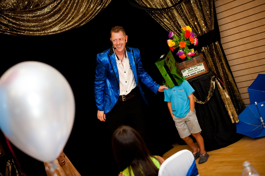 Sachse birthday magician special ist Kendal Kane entertains  entertains at kids parties